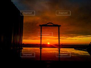 風景,海,空,屋外,湖,太陽,朝日,雲,夕暮れ,暗い,水面,海岸,正月,お正月,台湾,日の出,新年,初日の出,くもり,高雄,設定