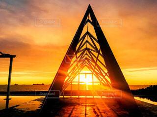 風景,海,空,屋外,太陽,朝日,ビーチ,雲,夕暮れ,海辺,建築物,水面,アート,オレンジ,光,建造物,正月,三角,お正月,台湾,夕陽,日の出,新年,初日の出,高雄,放射状