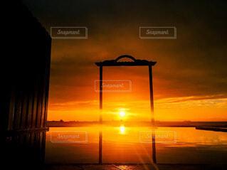 風景,空,屋外,湖,太陽,朝日,ビーチ,雲,夕暮れ,水面,日差し,眩しい,正月,お正月,日の出,新年,陽射し,初日の出,爆発,神々しい,強い,爆破,設定,神光,黄色い光,爆誕,聖光