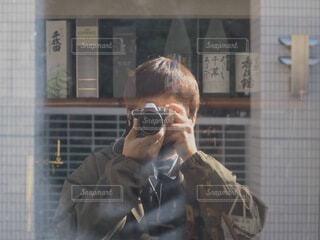 カメラで自撮りする男性の写真・画像素材[3919689]