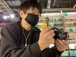 カメラを眺める男性の写真・画像素材[3919690]