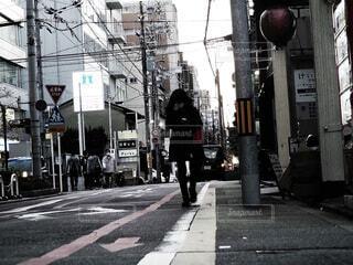街の通りを歩いている人の写真・画像素材[3925427]