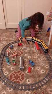 電車で遊ぶ子供の写真・画像素材[3948325]