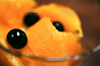 グラスに入ったオレンジのクローズアップの写真・画像素材[3886471]