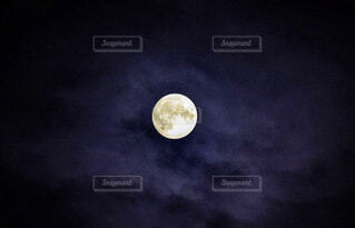 雲間からのぞく満月の写真・画像素材[3932810]