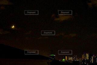 三日月と夜景の写真・画像素材[3933069]
