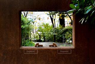 アジアンな壁の窓から望む緑のガーデンの写真・画像素材[3972037]