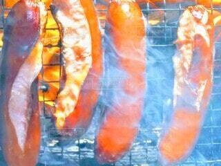 ソーセージの炭火焼きの写真・画像素材[3943644]