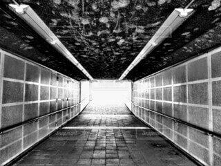 モノクロームの通路の写真・画像素材[3990794]