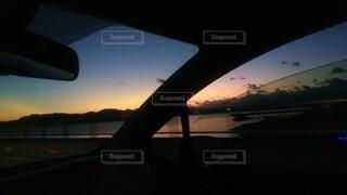 車窓から見た夕暮れの景色の写真・画像素材[3895059]