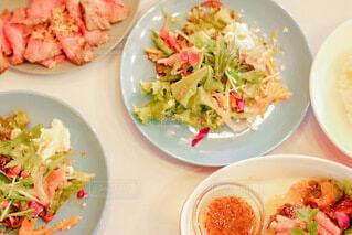 食卓に並ぶサラダの写真・画像素材[3927317]