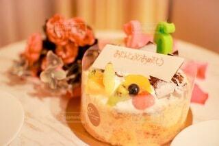 バースデーケーキと花束の写真・画像素材[3957893]