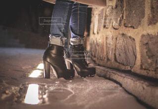 黒い厚底ブーツを履いた女性の写真・画像素材[4196110]