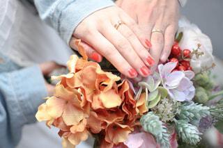 結婚指輪と花束の写真・画像素材[4314606]
