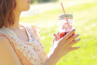 おしゃれなドリンクを持つ女性の手の写真・画像素材[4348816]