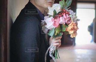 花束を持つ男性の手の写真・画像素材[4393522]