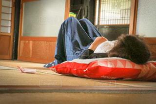 古民家で昼寝をする女性の写真・画像素材[4433618]