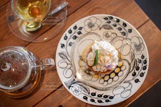 ウッドテーブルの上の紅茶とケーキの写真・画像素材[4579348]