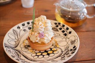 ウッドテーブルの上の紅茶とケーキの写真・画像素材[4579378]
