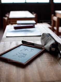 廃校の学習机の写真・画像素材[4622559]