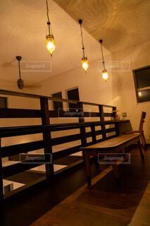2階の吹き抜け部分に作ったカウンターテーブルの写真・画像素材[3907299]