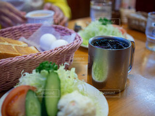 テーブルの上の飲料と食べ物のクローズアップの写真・画像素材[3910478]