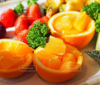 テーブルの上にオレンジのボウルの写真・画像素材[3910535]