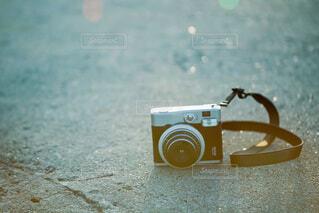 地面に置いたチェキのクローズアップの写真・画像素材[3935636]