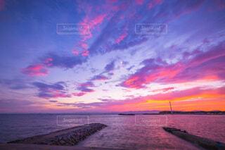 夕暮れ時の海の写真・画像素材[4113930]