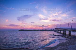 夕暮れ時の海の写真・画像素材[4163485]
