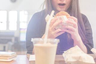 ハンバーガーを食べる女の子の写真・画像素材[4186485]