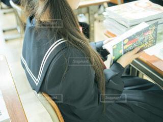 教室の席に座っている人の写真・画像素材[4633769]