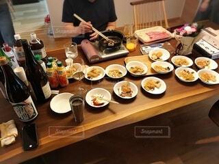 ホームパーティですき焼きを振る舞う料理男子の写真・画像素材[3896976]