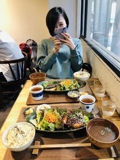美味しそうなご飯を前に、笑顔の女性の写真・画像素材[3900858]