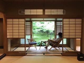 素敵な雪見窓とシンプルな椅子の、癒しの和室の写真・画像素材[3901100]