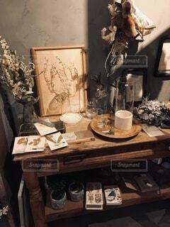 アンティークテーブルの上に置かれたお洒落な雑貨の写真・画像素材[3901683]