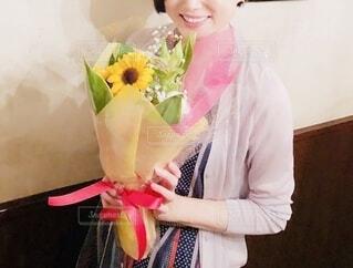 花束を受け取った女性の写真・画像素材[3926079]