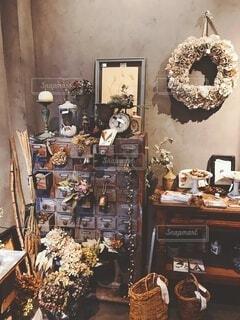 アンティークの棚とドライフラワーの写真・画像素材[3926749]