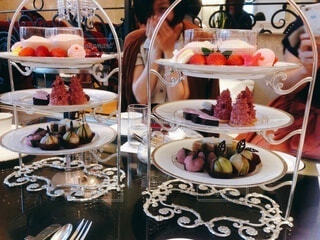 かわいいケーキがいっぱいのアフタヌーンティーパーティーの写真・画像素材[3959287]