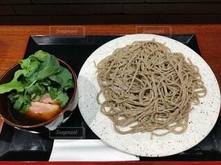 石のお皿の上の冷たい蕎麦の写真・画像素材[3996485]