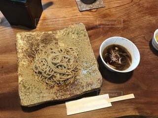 陶器の皿の上の蕎麦の写真・画像素材[3996486]