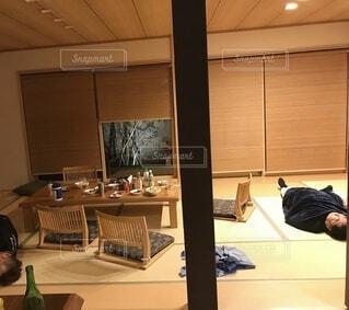 和室で横になる男性の写真・画像素材[4010740]