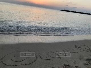 ビーチの砂浜に書いたメッセージの写真・画像素材[4029488]