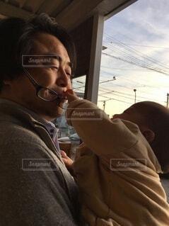 赤ちゃんにメガネをとられる男性の写真・画像素材[4031352]