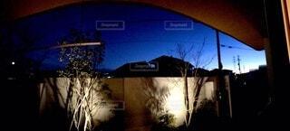 夜の軒先の写真・画像素材[4058458]