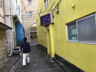 男性,風景,建物,屋外,看板,窓,家,人物,人,歩道,通り,路地裏,スナック,廃れた,渡鹿野島