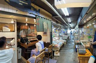 市場内の寿司屋のカウンターに座る女性の写真・画像素材[4740125]