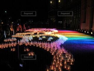 虹色のキャンドルライトの写真・画像素材[3908371]