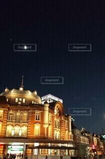月と東京駅の写真・画像素材[3921564]