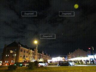 月夜の赤レンガ倉庫の写真・画像素材[3924328]